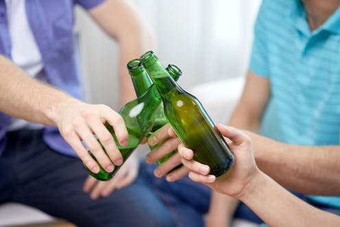 adolescentes bebendo